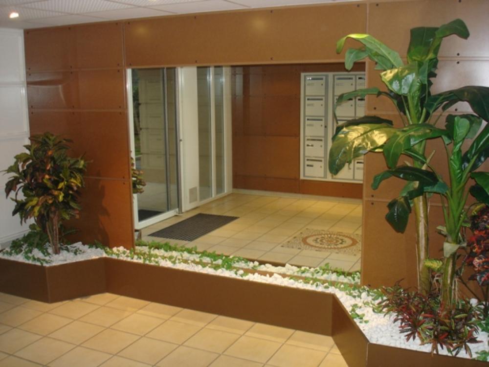 hall d 39 entr e d 39 immeuble sur craponne r gion de lyon plantes artificielles reflets nature. Black Bedroom Furniture Sets. Home Design Ideas
